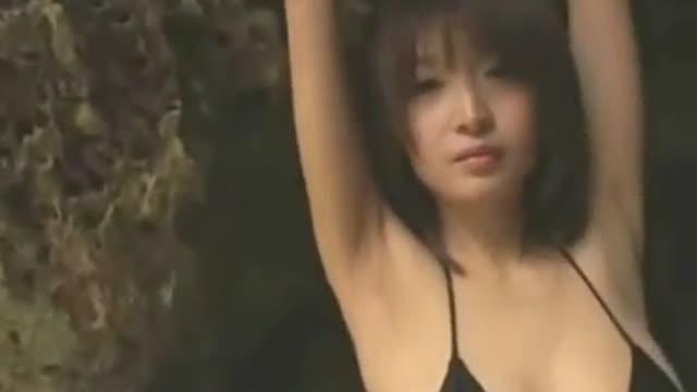 結城舞衣 海岸の岩陰でGカップ黒ビキニでのセクシーイメージ